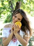 Schöne Liebe des jungen Mädchens eine frische Frucht Stockfoto