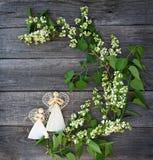 Schöne lila Blumen auf Tabelle und einer handgemachten zwei Dekoration a Lizenzfreie Stockbilder