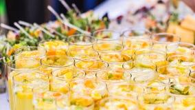 Schöne Linie von verschiedenen farbigen Cocktails auf einer Freilichtpartei, versorgende Tabelle stockfotografie