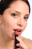 Schöne Lippenstiftkosmetik der jungen Frau zu den Lippen Stockfotos