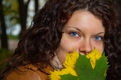 Schöne lockige Brunetfrau Lizenzfreies Stockbild