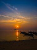 Schöne lokale Fischerboote des Sonnenaufgangs und des Schattenbildes auf Meer an t Lizenzfreie Stockbilder