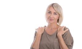 Schöne lokalisierte blonde reife Frau über weißem Hintergrund Stockbilder