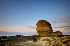 Schöne Lombok-Insel während des Sonnenaufgangs an Strand Indonesien Batu Payung Weichzeichnung wegen der langen Belichtung stockfotografie