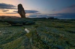 Schöne Lombok-Insel während des Sonnenaufgangs an Strand Indonesien Batu Payung Weichzeichnung wegen der langen Belichtung stockbilder
