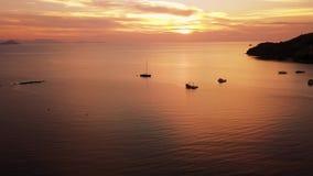 Schöne Luftsonnenuntergangansicht über das Meer stock video