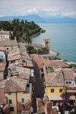 Schöne Luftstadtansicht über Garda See, Sirmione, Italien Stockfotos
