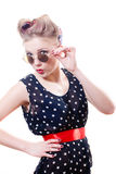 Schöne lustige junge elegante blonde Pinupfrau mit den Lockenwicklern, die Spaß haben Stockbild