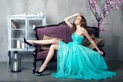 Schöne luxuriöse Frau Stockfoto