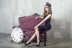 Schöne luxuriöse Frau mit Maske Stockfotografie