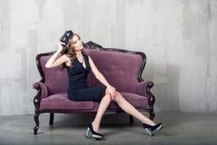 Schöne luxuriöse Frau mit Maske Stockbilder