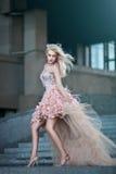 Schöne Luxuxfrau im Hochzeitskleid Lizenzfreie Stockfotografie