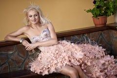 Schöne Luxuxfrau im Hochzeitskleid Lizenzfreies Stockbild