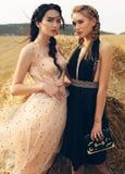 Schöne Mädchen in der zufälligen Kleidung, die auf dem Heu aufwirft Lizenzfreie Stockfotos