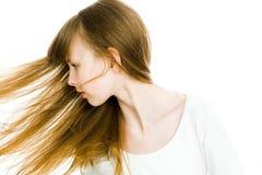 Schöne Mädchen des jungen jugendlich mit den langen blonden geraden Haaren - Haare auf Bewegung stockfotos