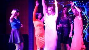 Schöne Mädchen, die an einer Partei - in der Reflexion des Spiegels tanzen stock video footage