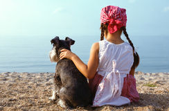 Schöne Mädchen, die ihren Hund umfassen Stockbild