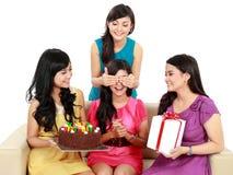 Schöne Mädchen feiern Geburtstag lizenzfreie stockfotografie