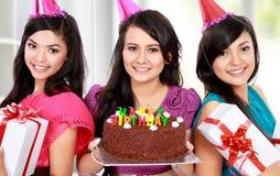Schöne Mädchen feiern Geburtstag stockfotos