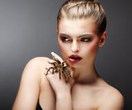 Schöne Mädchen-Holding-gezähmte Livespinne in ihrer Hand. Haustier stockfotos