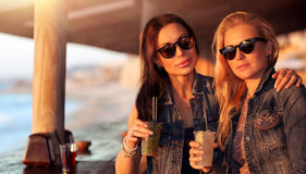 Schöne Mädchen im Café im Freien Stockbilder