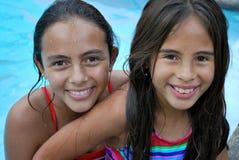 Schöne Mädchen im Pool. Lizenzfreies Stockfoto