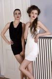 Schöne Mädchen im Schwarzweiss-Kleid Stockfoto