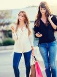 Schöne Mädchen mit den Einkaufstaschen, die a nehmen Lizenzfreies Stockbild