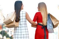 Schöne Mädchen mit Einkaufenbeuteln lizenzfreie stockfotografie