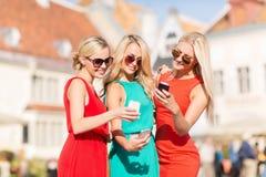 Schöne Mädchen mit Smartphones in der Stadt Stockfoto