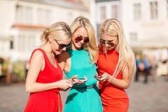 Schöne Mädchen mit Smartphones in der Stadt Lizenzfreies Stockbild
