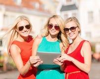 Schöne Mädchen toursits, die Tabletten-PC untersuchen Lizenzfreie Stockfotos