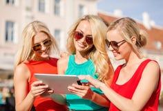 Schöne Mädchen toursits, die Tabletten-PC untersuchen Lizenzfreie Stockfotografie