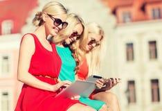 Schöne Mädchen toursits, die Tabletten-PC untersuchen Lizenzfreies Stockbild