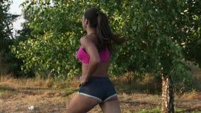 Schöne Mädchenathletenzüge im Rennen Langsame Bewegung