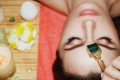 Schöne Mädchenfrau im Badekurortsalon Mesotherapy stockfoto