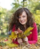 Schöne Mädchenholding-Herbstblätter lizenzfreie stockbilder