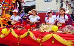 Schöne Mädchenjugendliche auf dem Floss, gekleidet als chola cuencana stockbilder