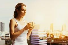Schöne Mädchenkaffee-Morgenstadt lizenzfreie stockbilder