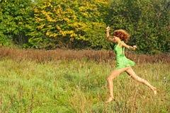 Schöne Mädchenlack-läufer auf einer Lichtung Stockfotografie