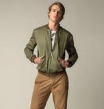 Schöne Männer, die grüne Jacke und braune Hose tragen stockbild