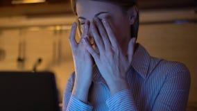 Schöne müde betonte überarbeitete Geschäftsfrau, die an Laptop nachts arbeitet Abend-Küche stock video