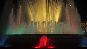 Schöne magische Brunnen-Farben nachts in Barcelona stock footage