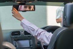 Schöne malaysische Dame im Auto stockfotos