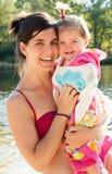 Schöne Mama und Baby nach dem Baden im Fluss Lizenzfreies Stockfoto