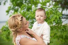 Schöne Mamma mit ihrem Sohn Stockbilder