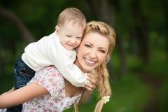 Schöne Mamma mit ihrem Sohn Lizenzfreie Stockfotografie