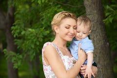 Schöne Mamma mit ihrem Sohn Lizenzfreie Stockbilder