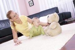 Schöne Mamma mit ihrem Sohn, der glücklich spielt. Lizenzfreie Stockfotos