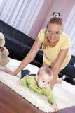 Schöne Mamma mit ihrem Sohn, der glücklich spielt. Lizenzfreies Stockfoto